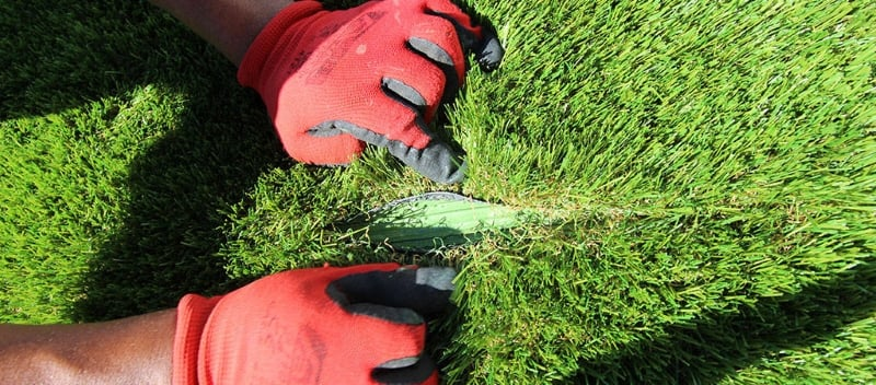 Como poner cesped artificial 7 pasos sobre tierra y baldosa - Colocar cesped artificial ...