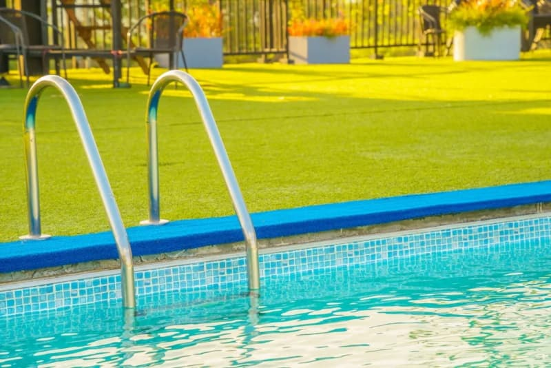 cesped artificial para piscinas